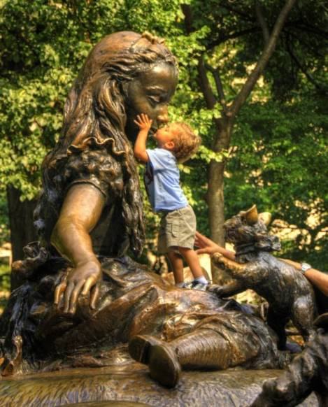 children-who-know-how-to-take-pictures-with-monuments-01