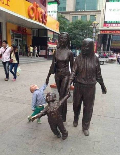 children-who-know-how-to-take-pictures-with-monuments-02