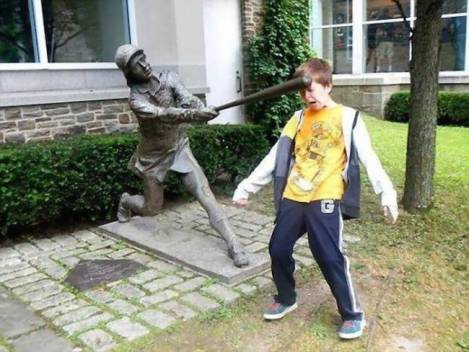 children-who-know-how-to-take-pictures-with-monuments-06