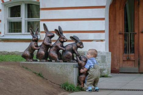children-who-know-how-to-take-pictures-with-monuments-07