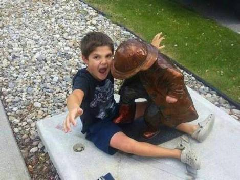 children-who-know-how-to-take-pictures-with-monuments-10
