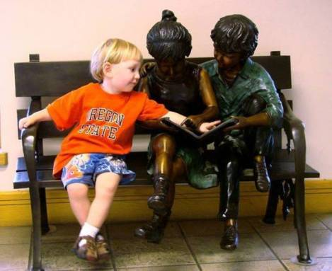 children-who-know-how-to-take-pictures-with-monuments-12