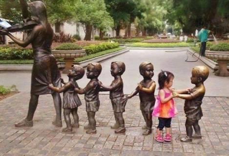 children-who-know-how-to-take-pictures-with-monuments-14