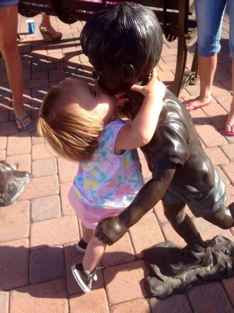 children-who-know-how-to-take-pictures-with-monuments-15