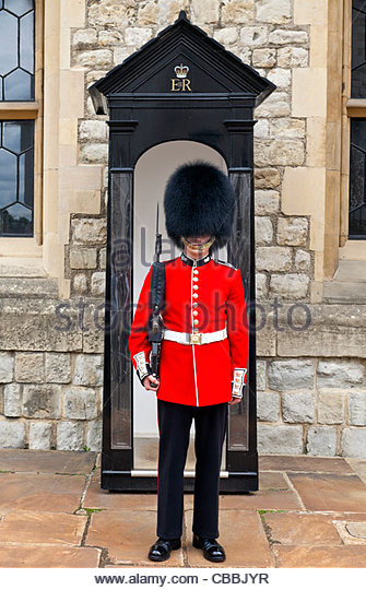 queens-guard-standing-at-waterloo-barracks-tower-of-london-cbbjyr