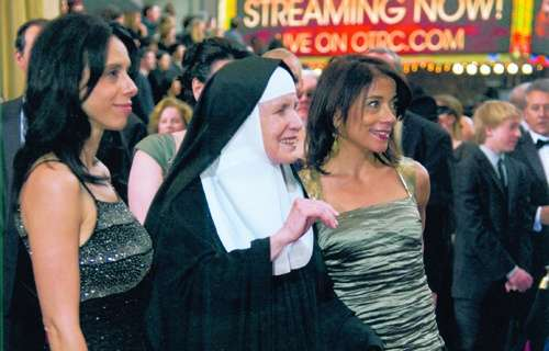 Mother_Dolores_Hart_at_the_2012_Acadamy_Awards_with_Director_Rebecca_Cammissa_L_and_Producer_Julie_Anderson_of_the_film_God_is_Bigger_Than_Elvis_Credit_Abbey_of_Regina_Laudis_CNA