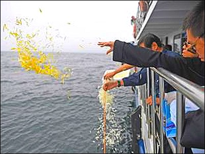 chinese-nobel-laureate-liu-xiaobos-ashes-scattered-at-sea_thumb